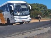 Polícia impede entrada de ônibus em Bom Jesus da Lapa, coletivo foi escoltado até Goiás.