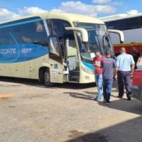 Fiscais da AGERBA e Policia Militar apreendem 04 veículos clandestinos de transporte de passageiros  em Guanambi. - Foto 5