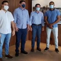 Pré candidato a Prefeito Zé Humberto e vice Rodrigão debatem futuro de Urandi com deputados João Roma e Luciano Simões. - Foto 1