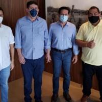 Pré candidato a Prefeito Zé Humberto e vice Rodrigão debatem futuro de Urandi com deputados João Roma e Luciano Simões. - Foto 3