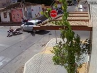 Motociclista não obedece sinal e provoca grave acidente em Guanambi.
