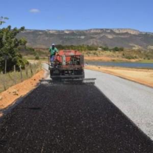 Prefeitura realiza obras de pavimentação asfáltica em Mutans e na sede do município.
