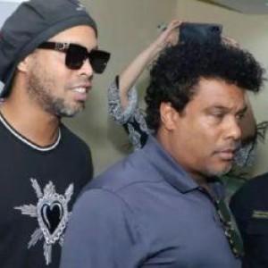 Ronaldinho completa 150 dias preso no Paraguai.