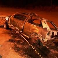 Carro bate em poste e pega fogo em Guanambi. - Foto 1