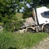 Caminhão fica pendurado em ribanceira após tentativa de assalto na BR-122 em Candiba.