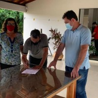 Prefeita Olga Gentil apresenta demandas do município ao deputado Charles Fernandes. - Foto 2