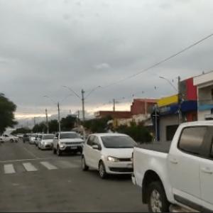 Donos de bares e restaurantes protestaram contra toque de recolher em Guanambi.