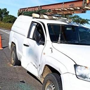 Grávida fica ferida após acidente entre carro e motocicleta na rotatória da BR-030.