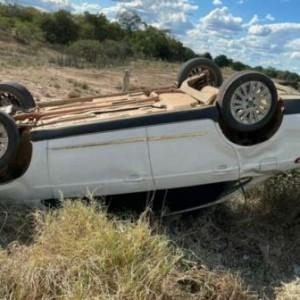 Motorista perde controle e capota carro na BR-030 em Malhada.
