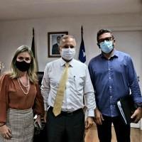 Deputada apresenta demandas de Matina e Iuiu ao secretário de Saúde. - Foto 1
