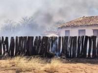 Bombeiros controlam incêndio em vegetação na zona rural de Guanambi.