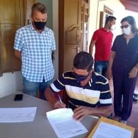 Deputado Charles Fernandes entrega tratores agrícolas para os municípios de Matina e Rio do Antônio. - Foto 1