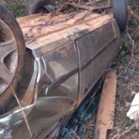 Caetité: Motorista e três passageiros ficam feridos após carro capotar na BR-030. - Foto 1