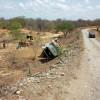Motorista perde o controle de direção e caçamba tomba em Malhada.