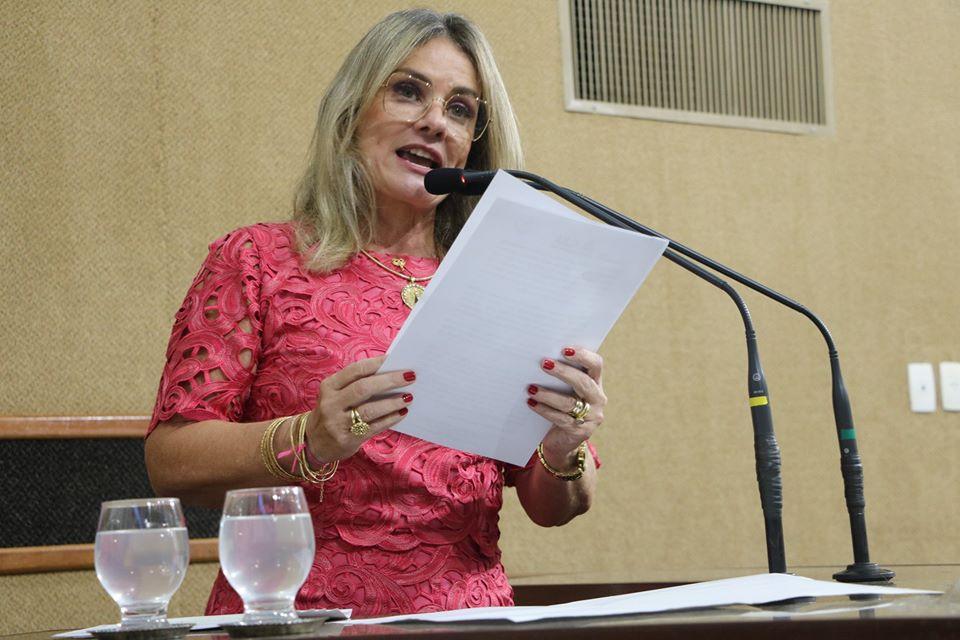 Em sessão concorrida, Ivana Bastos entrega Comenda 2 de Julho à desembargadora Lisbete Teixeira.