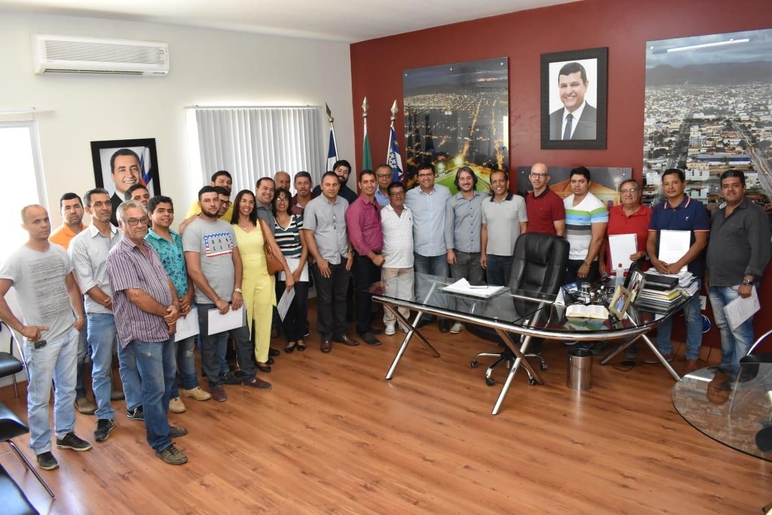 Prefeito Jairo Magalhães entrega documentação para empresários do Centro Industrial.
