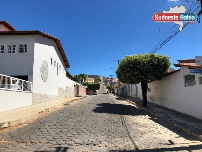 Família é feita refém durante assalto a residência em Caetité; cerca de R$ 40 mil reais e joias foram roubados.