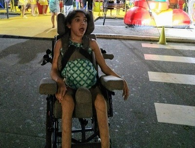 Ladrões roubam cadeira de rodas de garota com paralisia cerebral.
