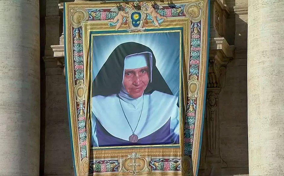 Irmã Dulce é canonizada no Vaticano e se torna primeira santa brasileira.