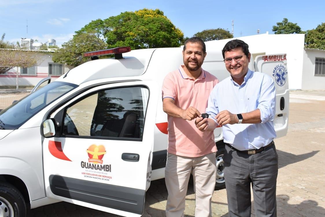 Prefeito e Secretário de Saúde entregam mais uma ambulância em Guanambi.