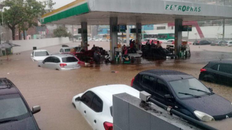 Defesa Civil emite alerta máximo devido às fortes chuvas em Salvador.