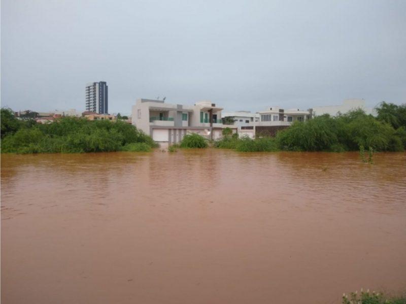 Riacho Belém transborda em Guanambi após 12 horas de chuvas.