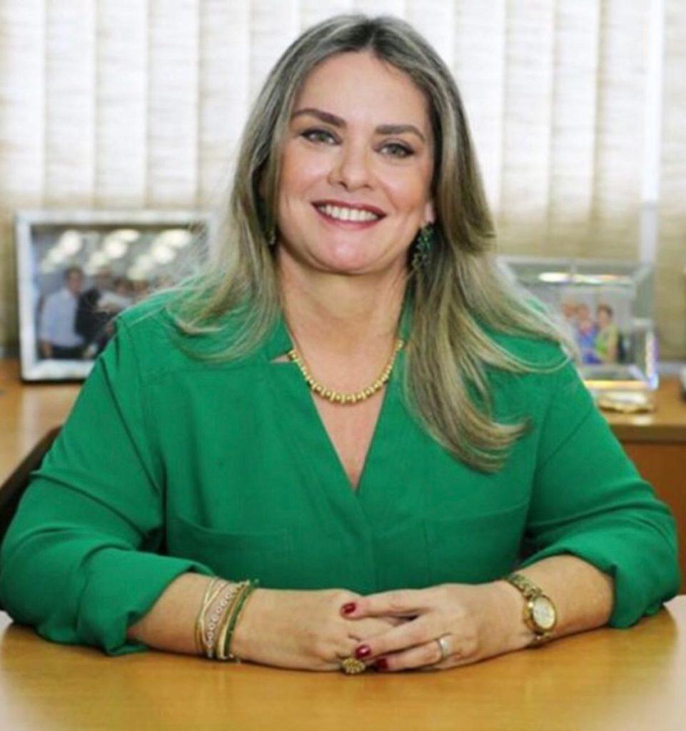Ivana Bastos homenageia Colégio Luiz Viana Filho pelos 50 anos de atuação em Guanambi.