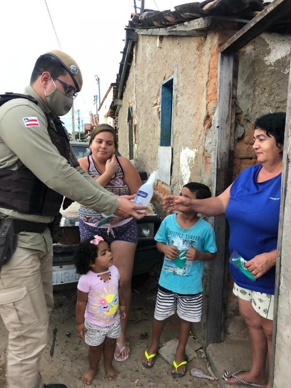 Polícia Militar distribui máscaras e álcool gel em Guanambi.