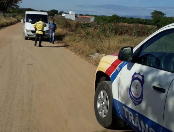 Van que transportava passageiros para Malhada é interceptada em Guanambi.