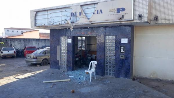 Homem quebra porta e invade delegacia em Carinhanha.