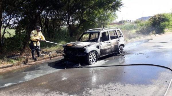 Veículo pega fogo em avenida de Guanambi.