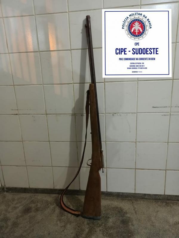 Homem é preso por posse ilegal de arma e ameaças na zona rural de Pindaí.