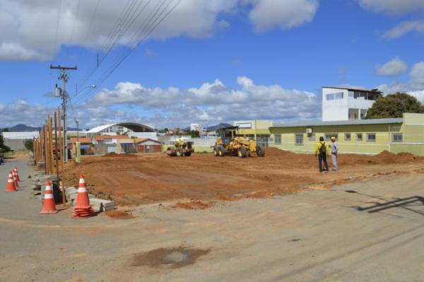 Prefeitura de Guanambi inicia praça do Bairro São Sebastião e mantém agenda de serviços públicos na cidade.