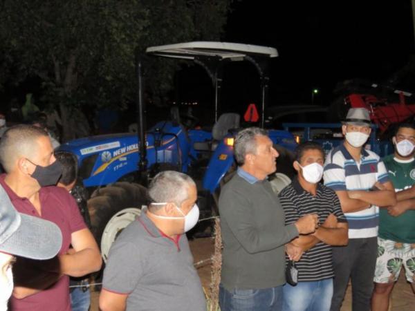 Deputado Charles Fernandes participa de entrega de trator agrícola em comunidade rural de Macaúbas.