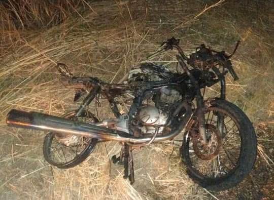 Motociclista fica ferido e moto pega fogo após queda na BR-122 em Guanambi.