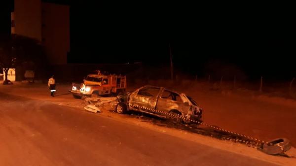 Carro bate em poste e pega fogo em Guanambi.