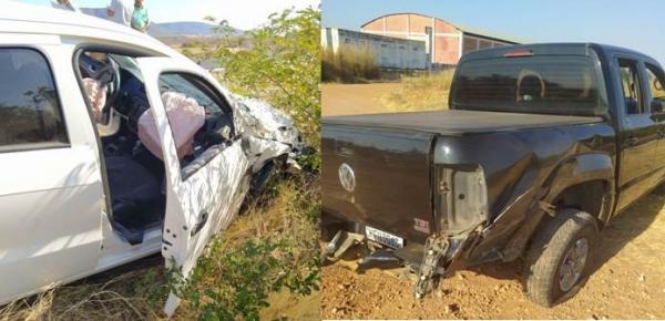Colisão envolvendo dois carros deixa funcionários da Prefeitura de Malhada feridos na BR-030 em Palmas de Monte Alto.