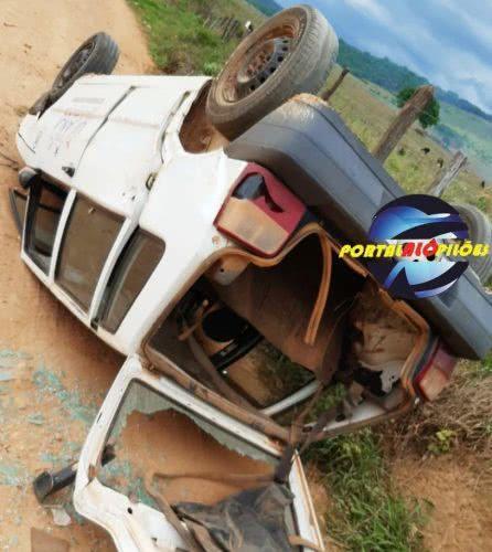 Carro capota na zona rural de Urandi.