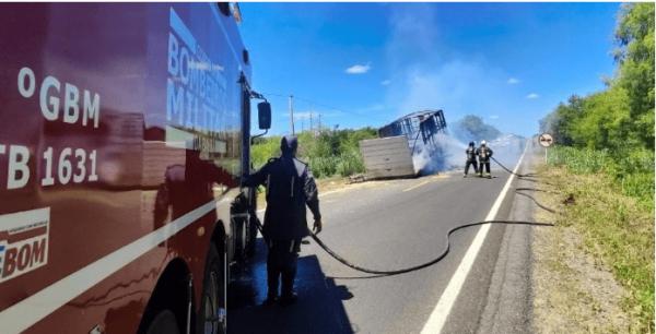 Carreta pega fogo na BR-349 em Serra do Ramalho.
