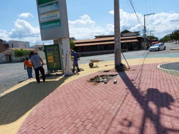 Prefeitura de Guanambi inicia remoção de rotatória na Santos Dumont.