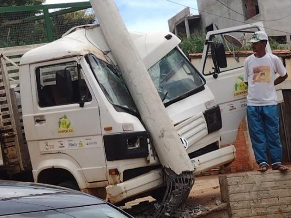 Caetité: Caminhão da Coopercicli perde freio e bate violentamente contra poste.