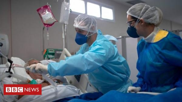 Com hospitais lotados por Covid, mais pacientes jovens e graves ocupam UTIs.