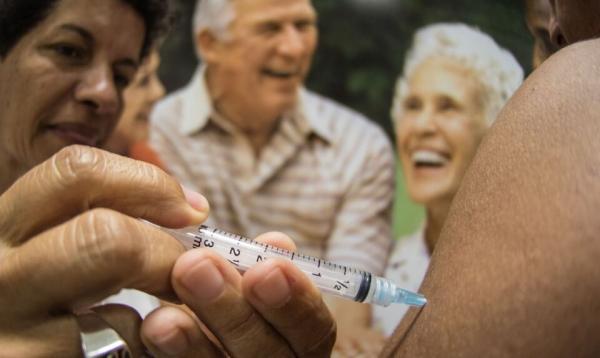 Dados britânicos mostram que vacinas protegem idosos após primeira dose.