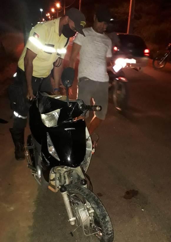 Colisão envolvendo moto e carro deixa duas pessoas feridas em Guanambi.