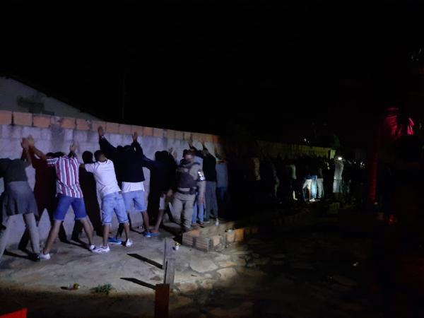 Polícia Militar encerra festa com 64 pessoas na cidade de Paramirim.
