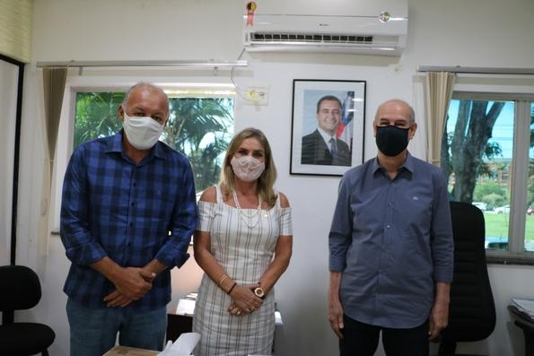 Ivana Bastos e prefeito de Iraquara tratam de demandas na CERB.