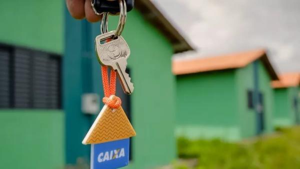 Bolsonaro vai dar R$ 100 milhões em subsídios para policiais financiarem casas com juros mais baixos.