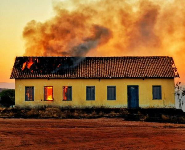Casarão histórico pega fogo em Guanambi.