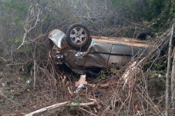 Caetité: Motorista e três passageiros ficam feridos após carro capotar na BR-030.